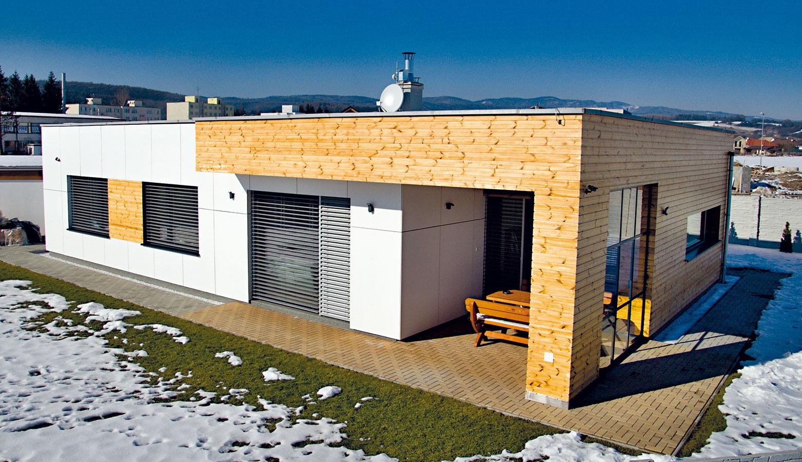 Energeticky pasívnu montovanú drevostavbu postavila neďaleko Zvolena slovenská firma ForDom. Moderný jednopodlažný rodinný dom je vhodný do rovinatého terénu aurčený 4- až 6-člennej rodine. Dispozícia sveľkým otvoreným priestorom obývačky, kuchyne ajedálne, troma spálňami, dvomi plnohodnotnými kúpeľňami ajedným samostatným WC umožňuje niekoľko alternatívnych riešení.