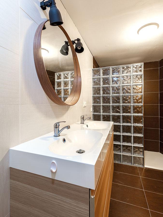 Praktická kúpeľňa na prízemí. Miestnosti, ktoré nutne nepotrebujú okno, sú situované smerom ku svahu.
