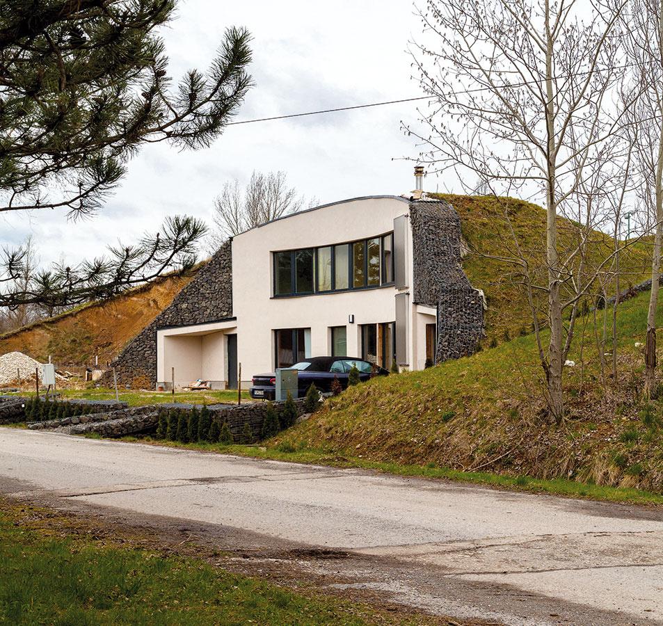 Jediná tradičná fasáda je orientovaná na juhovýchod. Sú na nej všetky okná, vstupné dvere do domu aj prístup do garáže a technickej miestnosti.