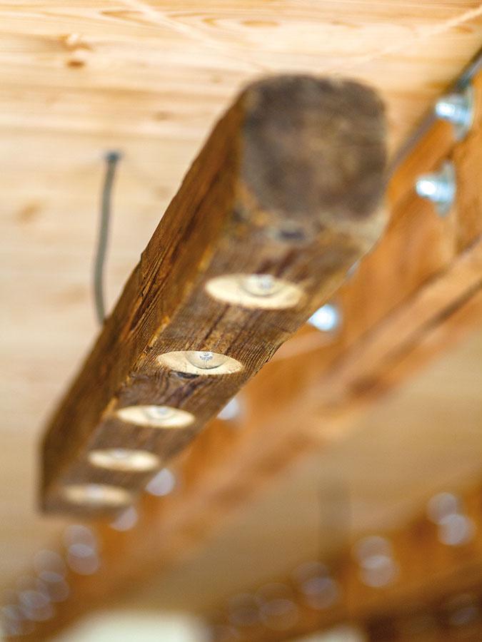 Stropnú dosku medzi podlažiami tvoria drevené trámy spriahnuté s betónovou doskou. Trámy, ktoré tu majú industriálny vzhľad, môžu byť aj elegantnejšie, všetko je však aj otázkou ceny.