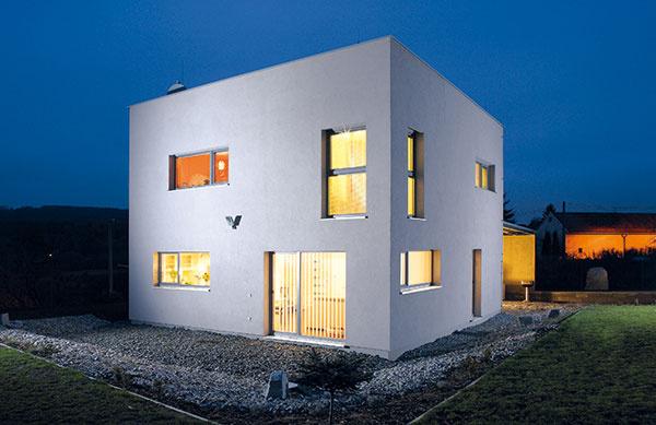 Skúsený projektant si svýstavbou pasívneho domu dokáže poradiť aj vsituácii, že pozemok nemá práve najvhodnejšiu orientáciu, ako to bolo vtomto prípade, keď na juh smeruje len roh domu. Stavba predstavuje kompaktnú kocku (doplnenú ogarážové státie), ktorá patrí kodporúčaným tvarom.