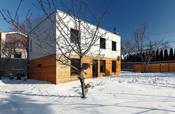 Typový pasívny dom EcoCube+ navrhla architektonická kancelária Createrra spolu so spoločnosťou ForDom, ktorá sa venuje výrobe montovaných drevostavieb. Modulový systém umožňuje postaviť niekoľko typov domov – od malých prízemných splochou asi 90 m² až po veľké poschodové s156 m².