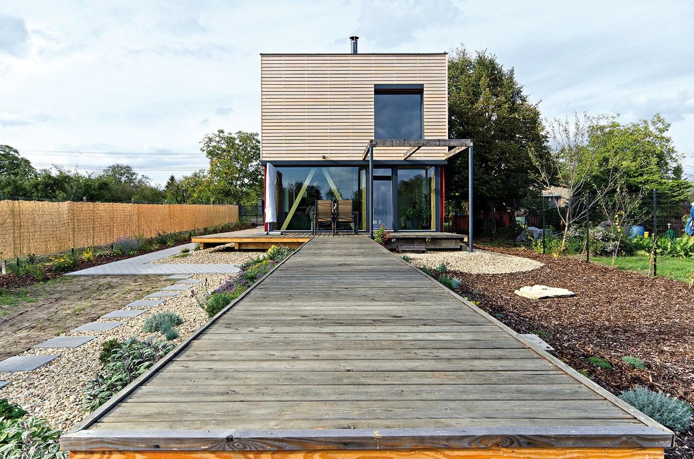 Prístup na pozemok vbývalej záhradkárskej kolónii mesta Hodonín je zo severu, zvýchodu azápadu ho ohraničujú ďalšie stavebné parcely asmerom na juh sa otvára dlhý priehľad do zelene okolitých záhrad. Dom je obrátený štedro zaskleným hlavným obytným priestorom práve ktomuto priehľadu.