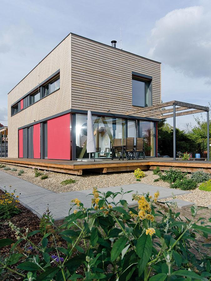 Minimálne straty. Dom bol koncipovaný ako pasívny, preto preň architekt zvolil čo najkompaktnejší tvar kvádra – vďaka priaznivému pomeru ochladzovaného povrchu a vykurovaného objemu tým minimalizoval tepelné straty.