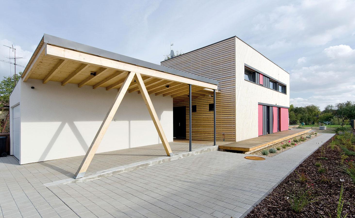 Na severnej strane domu vyčlenil architekt Pavel Horák miesto na garáž so skladom a jedno kryté parkovacie státie.
