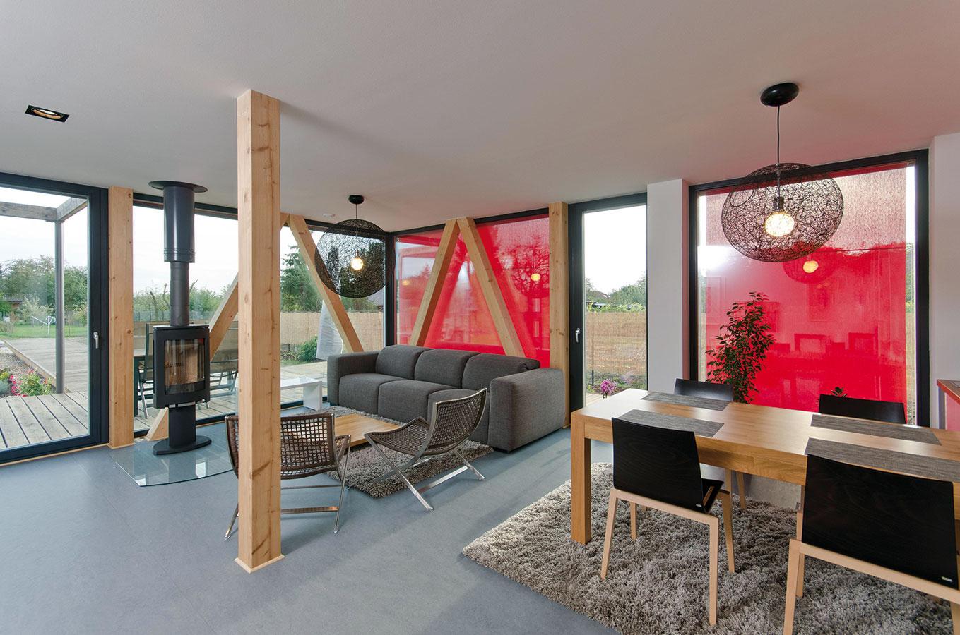 Podstatnú časť prízemia zaberá otvorený denný priestor – obývačka prepojená s jedálňou a kuchyňou je zároveň v kontakte  s terasou a záhradou.