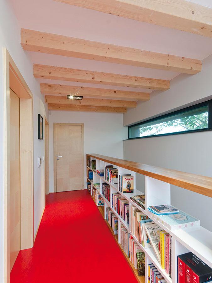 Chodba nemusí byť len komunikačným priestorom bez ďalšieho úžitku. V tomto dome je zariadená aj ako knižnica a na južnom konci, pred detskými izbami, sa rozširuje do priestoru herne.