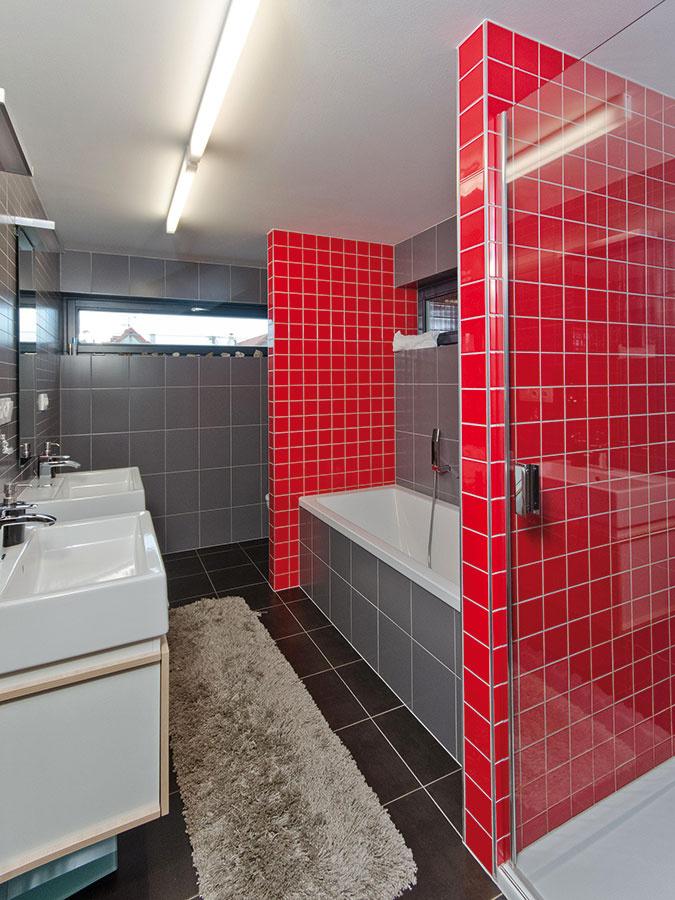 Kúpeľňa na poschodí nasleduje farebnosť zvyšku domu. Efektné striedanie rôznofarebných plôch tu zabezpečil klasický keramický obklad.