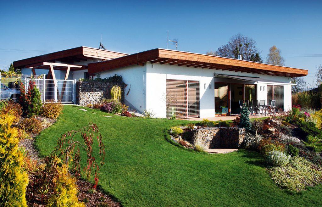 Pozoruhodný rodinný dom s vegetačnou strechou prekvapí svojou ohľaduplnosťou