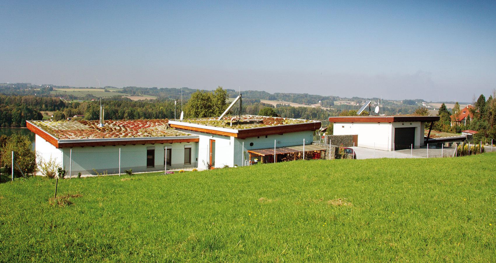 Pultové strechy nad oboma časťami domu sú porastené skalničkami avyspádované do zadnej časti pozemku. Strechy nemajú odkvapy – voda sa zadržiava vo vegetačnom súvrství aprebytok voľne steká do štrku po obvode stavby.
