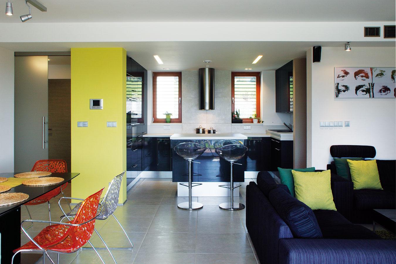 """Centrom domácnosti je otvorený denný priestor, ktorý plní funkcie obývačky, kuchyne aj jedálne. Knajobľúbenejším miestam vdome patrí práve kuchyňa: """"Je to najkomunikatívnejšiačasťinteriéru,"""" hovorí Hana Liškutínová. """"Keď príde návšteva, trávime tu veľa času."""""""