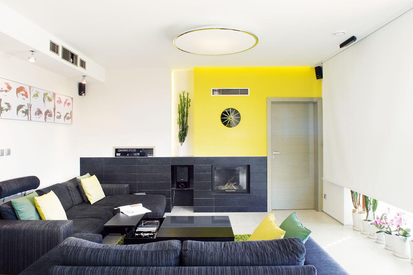 Elegantné apraktické riešenia. Na jednej strane otvoreného denného priestoru nadväzuje na obývačku spálňa, na druhej na jedáleň pracovňa spríležitostnou funkciou hosťovskej izby. Celý interiér je zariadený striedmo aelegantne, no zároveňprakticky.