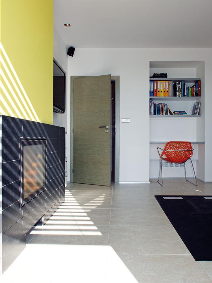 Originálnym interiérovým prvkom je obojstranný kozub medzi obývačkou aspálňou.