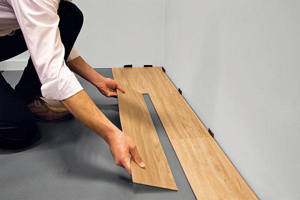 Systém Moduleo Click s tvarovým spojom umožňuje rýchlu a jednoduchú montáž vinylových dosiek alebo dlaždíc bez lepenia.