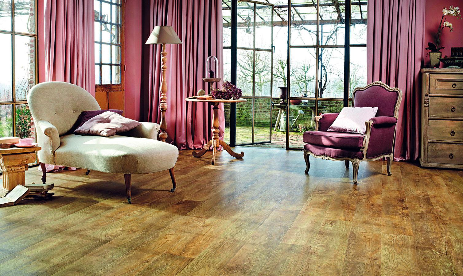 Kolekcia Moduleo Select ponúka veľmi odolnú vinylovú podlahu s PUR povrchom a možnosťou výberu z rôznych vzorov dreva aj dlažby. Vzor je autentický a neopakuje sa, prirodzený dojem podporuje aj reliéfny povrch, ktorý verne imituje štruktúru dreva  a kameňa. Lepené lamely 16,3 × 98,8 cm, hrúbka 2 mm, cena 17,49 €/m2. Lamely so zámkovým spojom 19,1 × 131,6 cm, hrúbka 4,5 mm, cena 29,99 €/m2. (www.breno.sk)