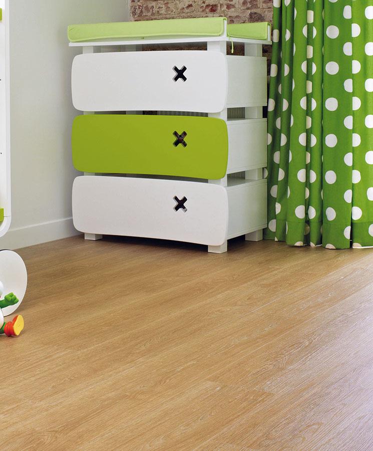 K vinylovým podlahám bývajú kdispozícii lišty, sokle avonkajšie rohy vrôznych farbách adekóroch. Môžete ich zladiť so stenou alebo spodlahou.