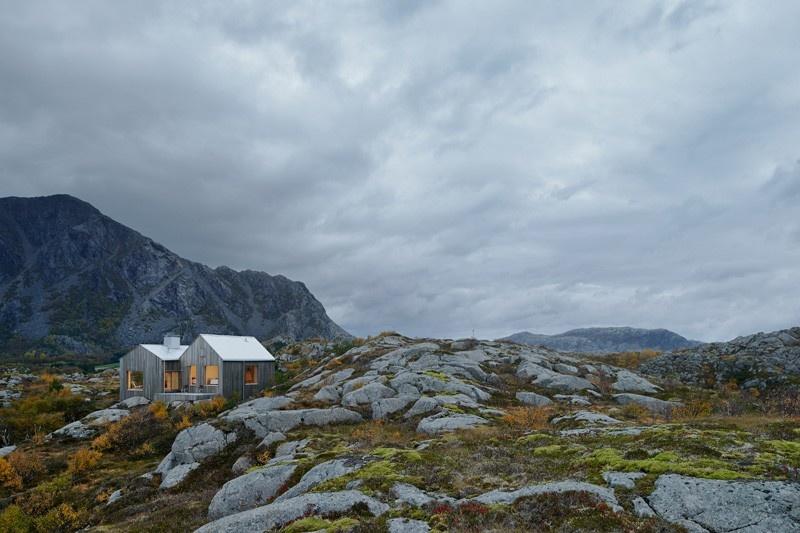 Drevodom medzi kameňmi na polárnom kruhu znamená krásny výhľad
