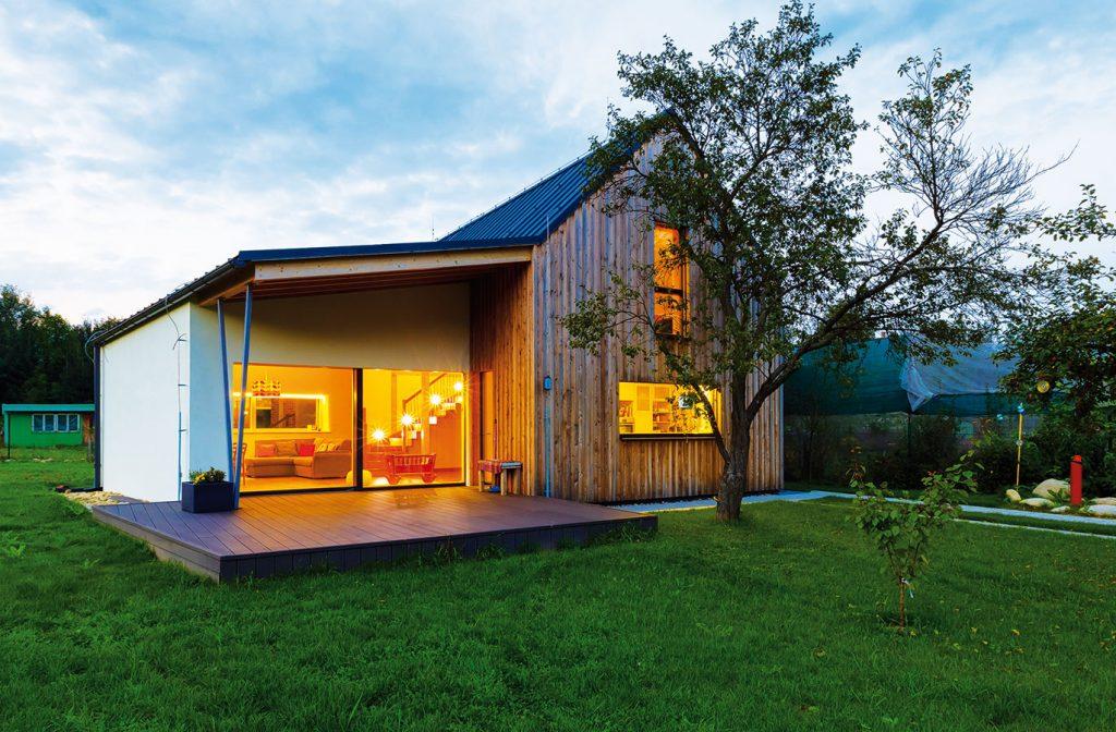 V malebnej dedinke s výhľadom na Nízke Tatry si postavili pasívny dom zo slamy