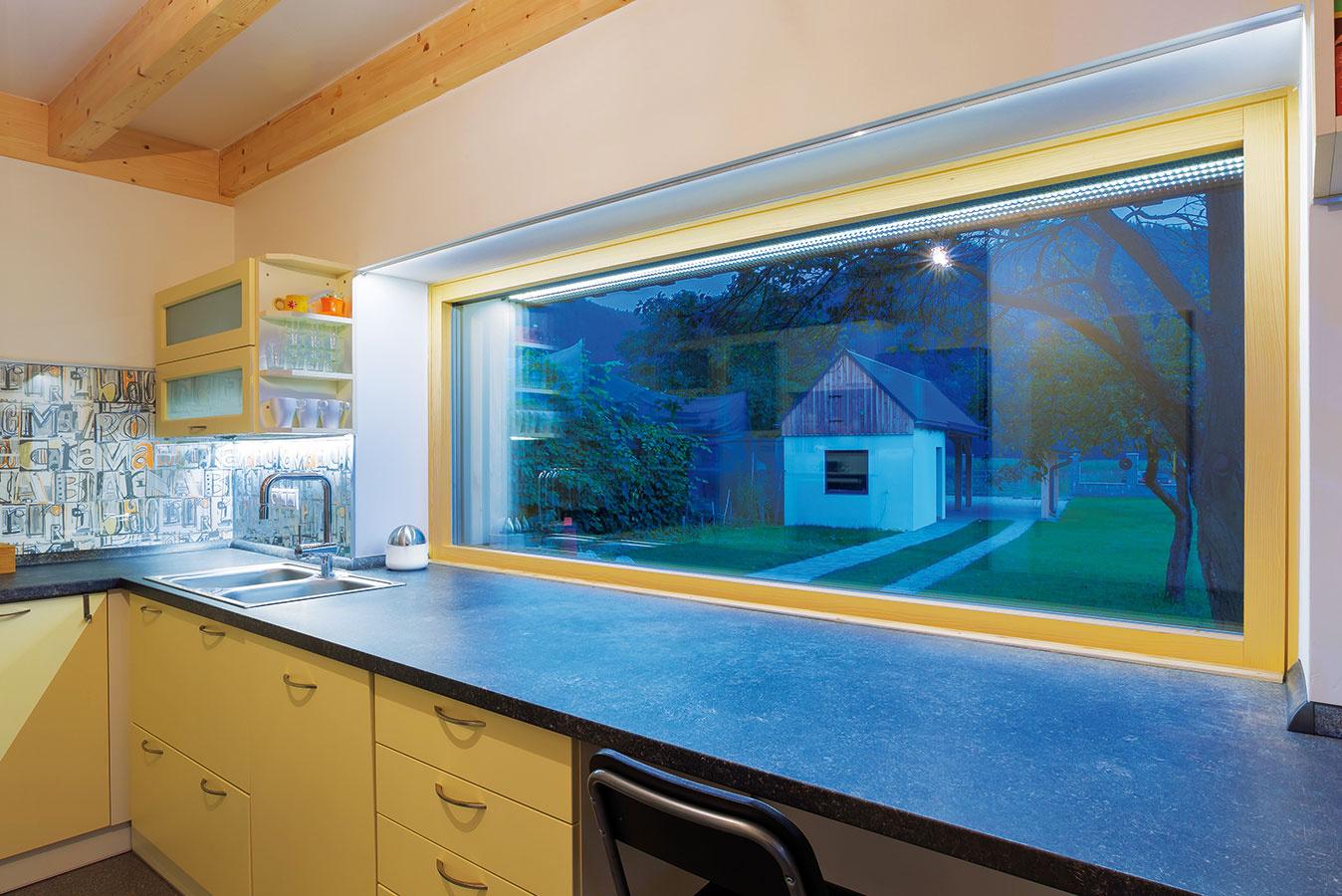 Pásové okno nad kuchynskou linkou otvára panej domu pri varení výhľad na blízke južné kopce.