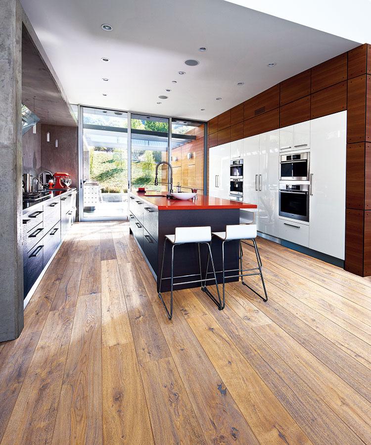 Drevenú podlahu môžete vyberať podľa typu dreviny, zafarbenia, spôsobu opracovania povrchu či veľkosti dosiek (drevená podlaha od značky Kährs zkolekcie Artisan, 1 900 ×190mm, hrúbka 15 mm, zámkový spoj, povrch upravený prírodným olejom, morený, ručne škrabaný, kefovaný, dekor Dub Concrete, predáva KPP SK).