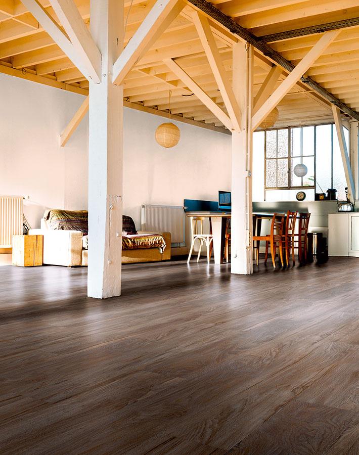 Vinylové podlahy majú elastický povrch, ktorý zaručuje tiché užívanie avysokú odolnosť. Vbohatej ponuke dekorov nájdete aj mnohé naozaj verné imitácie dreva (vinylová podlaha od značky mFlor zkolekcie English Oak, 1 244,6 × 178,1 mm, hrúbka 4 mm, zámkový spoj, dekor Darwen Oak, predáva KPP SK).