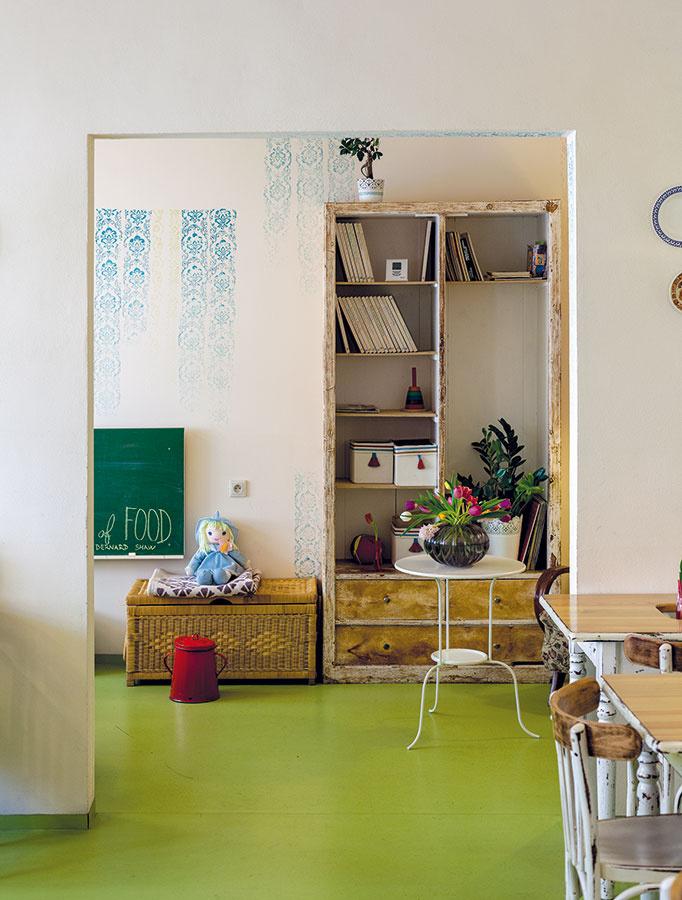 Zelená vysokozáťažová vinylová podlaha, ktorú do priestoru navrhli kamaráti majiteľov, ktorí sa podieľali na celkovej vizualizácii interiéru, nedala majiteľke po osadení istý čas spávať. Neskôr sa s ňou však plne stotožnila a s odstupom  času je za jej výber veľmi vďačná.