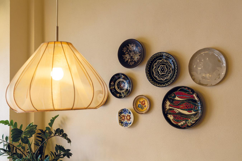 Časť tanierov na stenách pochádza z Brna, odkiaľ ich majiteľke priviezli kamaráti. Niektoré dokonca pochádzajú aj od zákazníkov. O ich rozvrhnutie na stenách sa postarala sama.