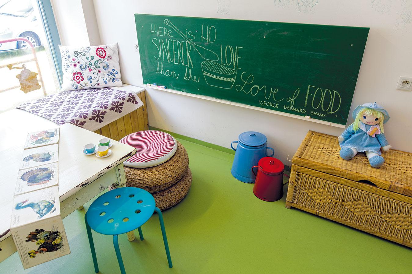 Zadná miestnosť ponúka aj šikovný priestor, ktorý vás môže inšpirovať pri zariaďovaní detskej izby. Tradičnú tabuľu ocenia všetky deti, pevnejšia prútená truhlica nahradí plastové kontajnery a môže plniť aj funkciu občasného sedenia.