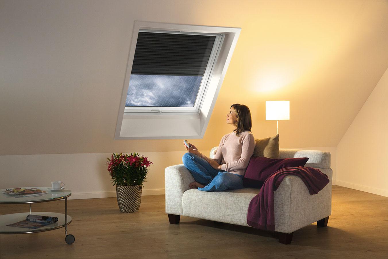 Vonkajšia roleta má praktickú funkciu aj počas dažďa: miestnosť odhluční o 3 dB.