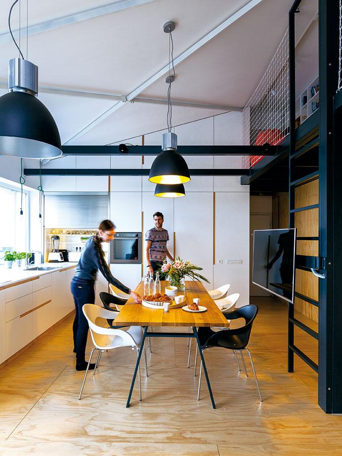 Jednotlivé svietidlá je možné ovládať aj stmievať samostatne. Poskytujú tak majiteľom oveľa voľnejšie narábanie snáladou vpriestore, či už potrebujú intenzívne osvetlenie pri práci, alebo len tlmené náladové osvetlenie.