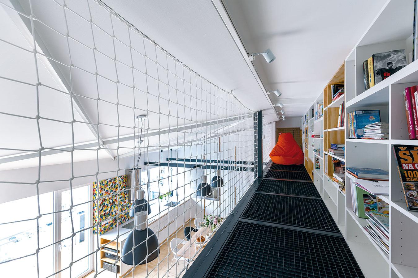 Galéria sknižnicou je akýmsi hniezdom na čítanie arelax. Podlahu tvorí pochôdzny rošt, funkciu zábradlia prevzala sieť. Oto viac je tento priestor vzdušnejší, presvetlenejší aopticky prepojený so zvyškom loftu.