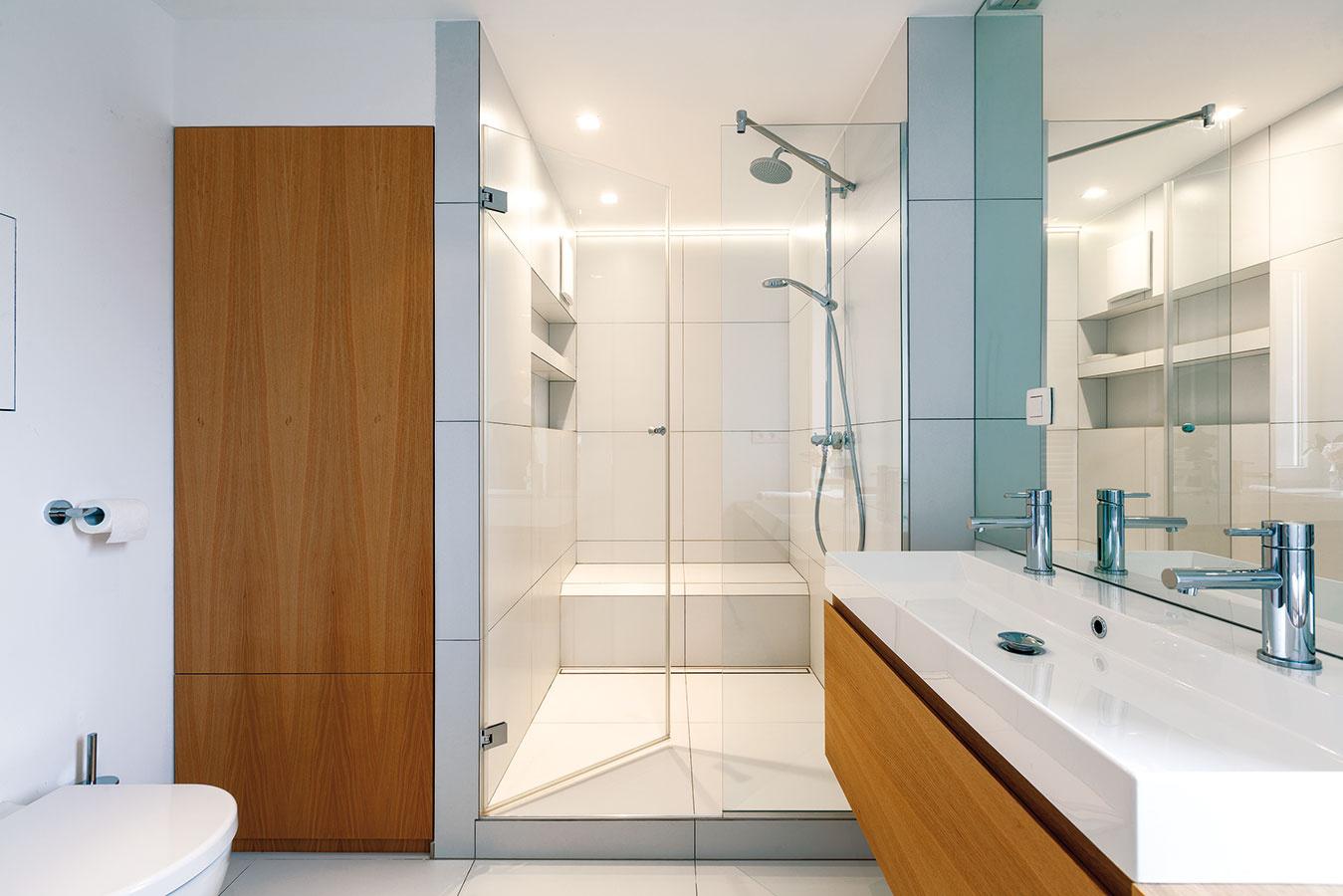 Veľký sprchový kút svymurovaným sedením je pre mladé rodiny často komfortnejší ako vaňa. Schodík má zároveň dostatočnú šírku na umiestnenie detskej vaničky.