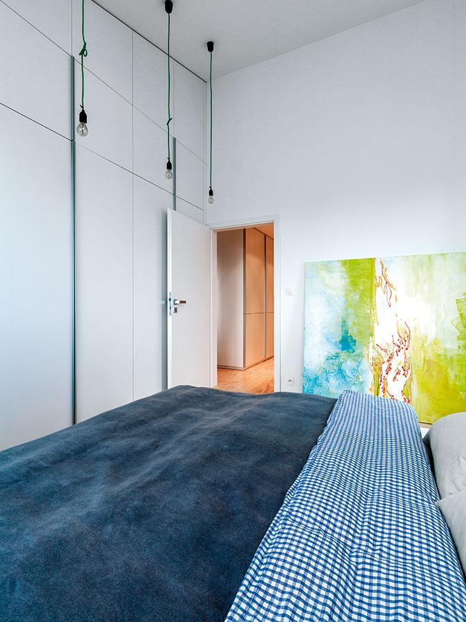 """Vysoká svetlá výška je zachovaná aj voboch izbách, ktoré sú tak oveľa vzdušnejšie avytvárajú dojem """"súdržnosti"""" sloftovým charakterom bytu."""