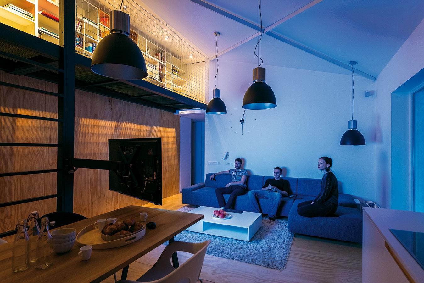 Svetelná nálada cez deň sa radikálne odlišuje od tej nočnej. Architekti umožnili majiteľom využiť galériu na podporenie náladového tlmeného osvetlenia. Svetlo prenikajúce cez rošt zároveň premieta na drevenú stenu zaujímavú tieňohru kovového rastru.