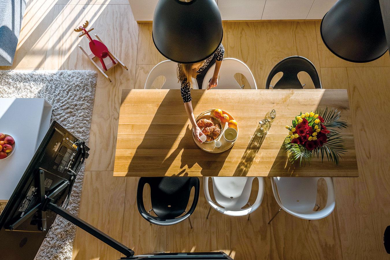 Kuchynský stôl zmasívneho dreva má zámerne tmavší odtieň, aby na seba zobral dominantnejšiu úlohu vpriestore.  Zaliaty rannými slnečnými lúčmi vynikne jeho kresba aštruktúra ešte viac.