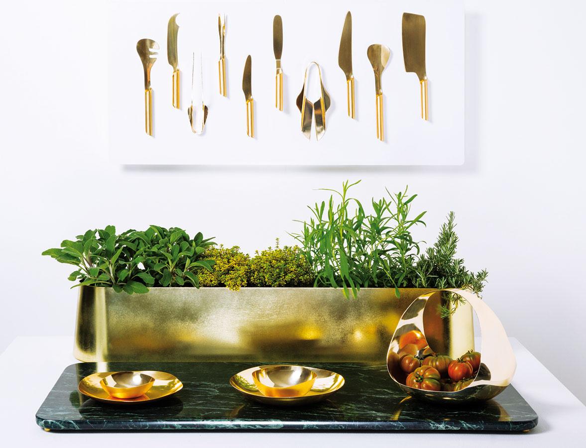 """Jedlo, dizajn, remeslo. """"Tuju"""" – súpravu pre kuchárov-pestovateľov – vytvorili v rámci projektu Wallpaper* Handmade (podporujúceho remeselnú výrobu) Ivan Ralston, Brunno Jahara a Rubens Simöes."""