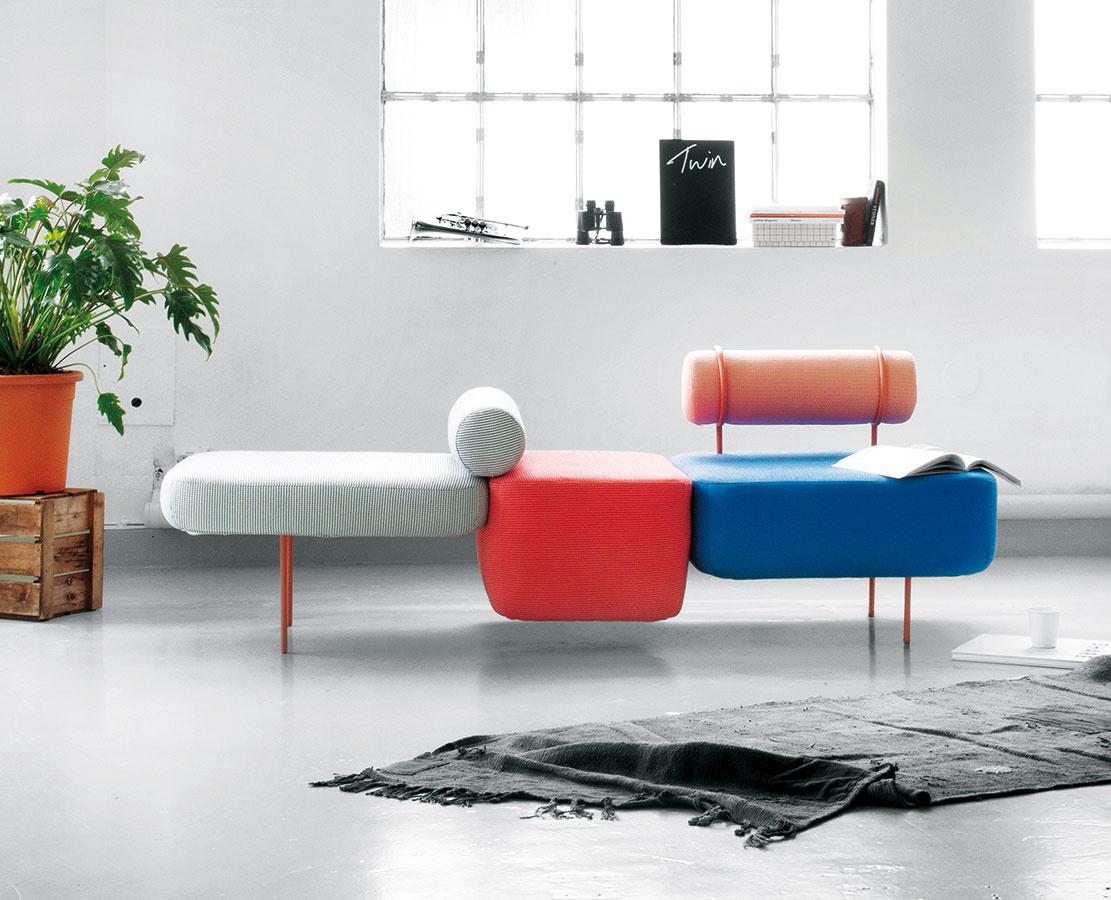 Modulárna skladačka – sedačka Hoff sofa od štúdia Morten & Jonas – žiarila v sekcii mladého dizajnu Salone Satellite. Celá kolekcia vystihuje trend Memphisu tvarmi aj farbami.