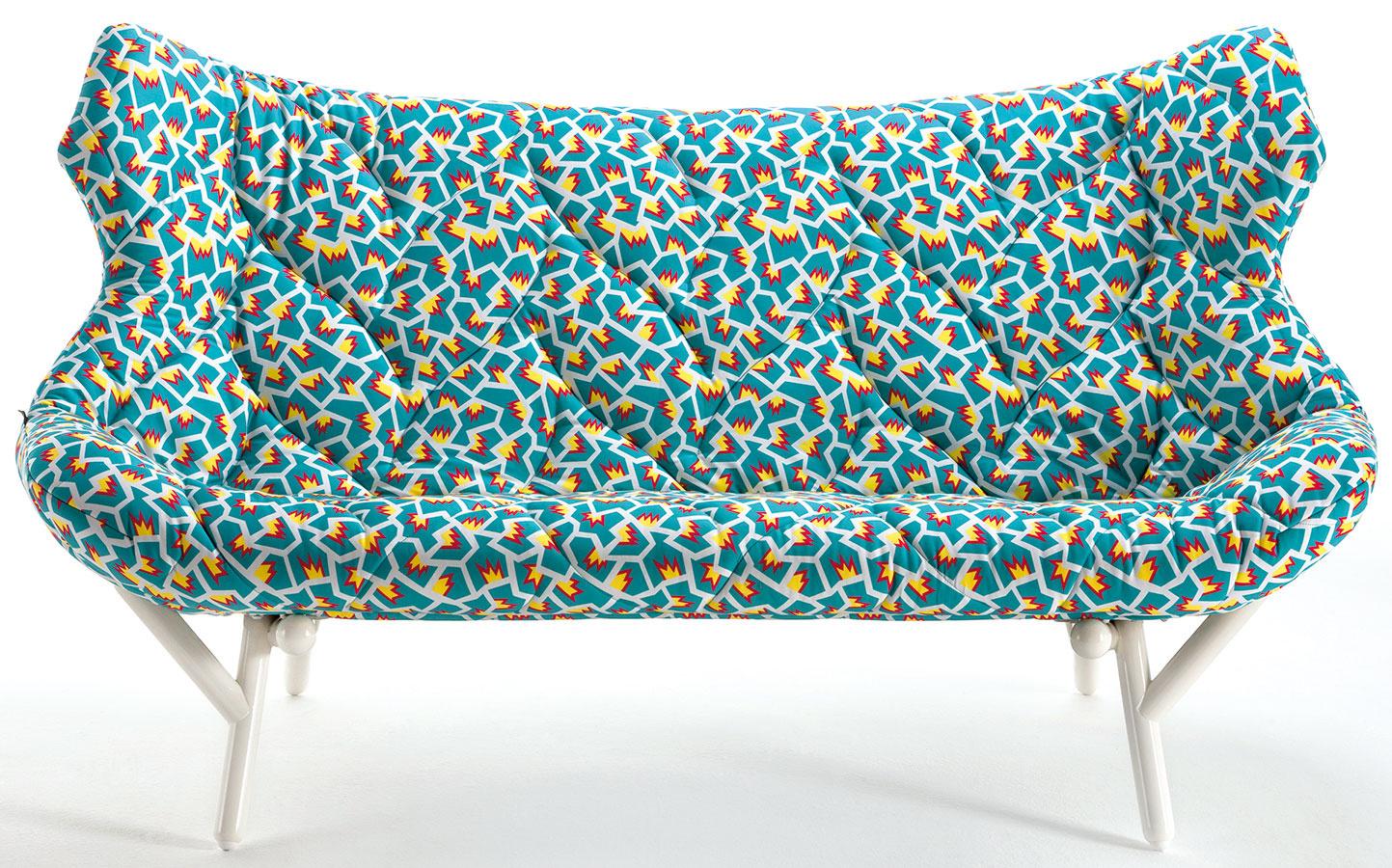 Postmoderné vzory čalúnenia navrhla pre Kartell Nathalie du Pasquier. Dizajnér Ettore Sottsass (zakladateľ Memphisu) oživil kolekciu stolčekov a váz – návrh vznikol už pred rokmi, sofistikovanej technológie a produkcie sa kolekcia dočkala až dnes.