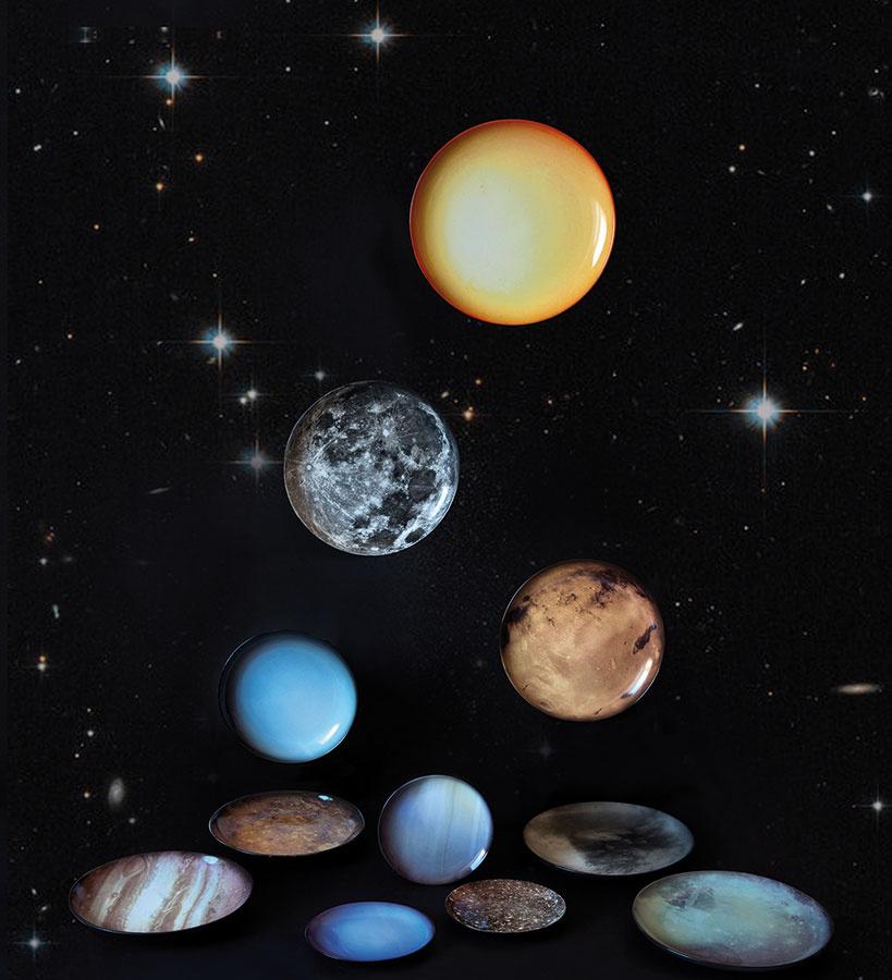 Večera na Plute. Názov Cosmic dinner nesie kolekcia porcelánového riadu reprezentujúca planéty slnečnej sústavy, slnko a mesiac. Vzišla z koprodukcie značiek Moroso a Seletti a poslúži pri stolovaní alebo ako originálna nástenná dekorácia.