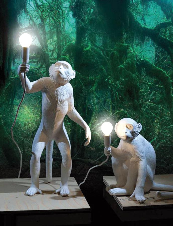 """Opičky. Pri pohľade na verné skulptúry opičích svietidiel od Seletti alebo """"animovanejšiu"""" formu stolíka od Jamieho Hayona pre BD Barcelona sa nedalo ubrániť úsmevu."""