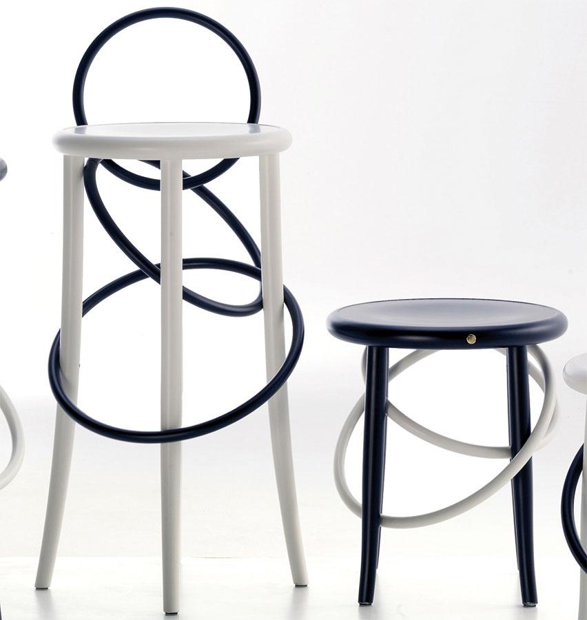 Cirkusové hádzanie kruhov inšpirovalo Martina Gampera pri návrhu kolekcie stoličiek Cirque family pre značku Gebrüder Thonet Vienna.