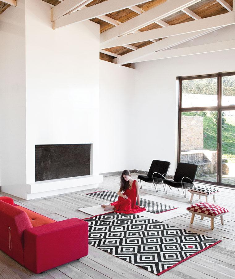 Znovuzrodené tradičné vzory ovplyvnené súčasným štýlom a módou, realizované pomocou tradičných pakistanských techník. Kolekciu Mélange od Sybilly predstavila značka Nanimarquina.