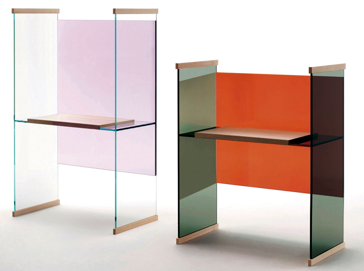 Diapozitívy. Podobná inšpirácia, ktorej sa chopili bratia Bouroullecovci, keď pre Glas Italia navrhovali kolekciu stolov Diapositive meniacu farby pri rôznych uhloch pohľadu. Predstavené boli vlani, svoje miesto na výstave však obhájili aj tento rok.