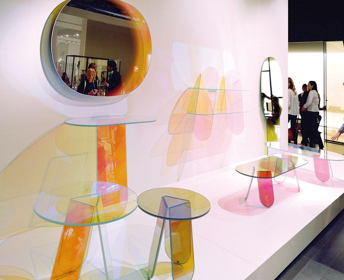 Nový pohľad na tento materiál priniesla Éléonore Delisse pri tvorbe atmosférotvorného svietidla Day & Night, ktoré využíva farby na balans nálad človeka v interiéri. Laurids Gallée