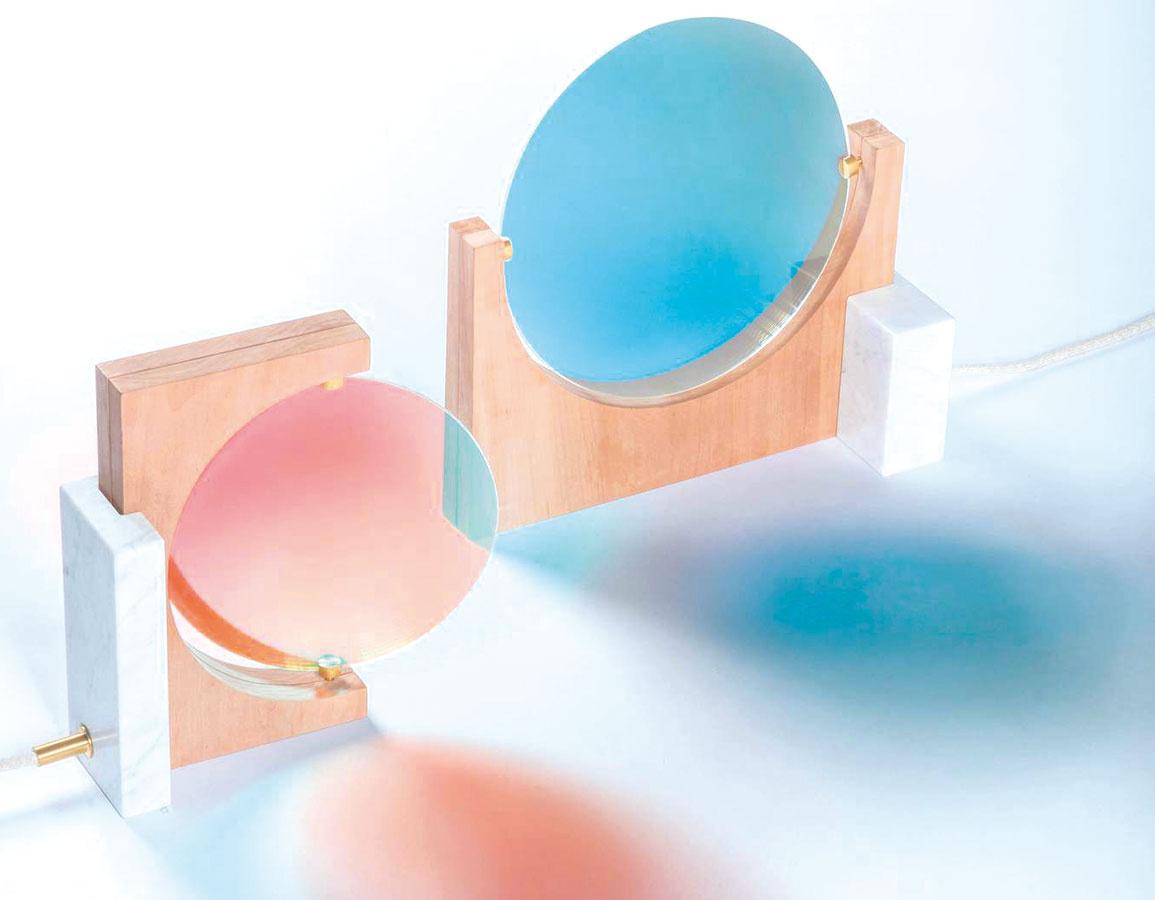 """Na pohľad krehká, no vzletná kolekcia stolíkov, zrkadiel a políc Shimmer pochádza z dielne Patricie Urquioly pre Glas Italia. Jednoduché oblé tvary v kombinácii s týmto materiálom úplne potlačili chlad a """"vážnosť"""" skla."""