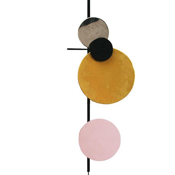Vesmírne svetlo. Kompozíciu farebných kruhov predstavujúcich planéty možno vďaka magnetom jednoducho meniť podľa nálady  achuti. Elegantné, moderné aj hravé zároveň.