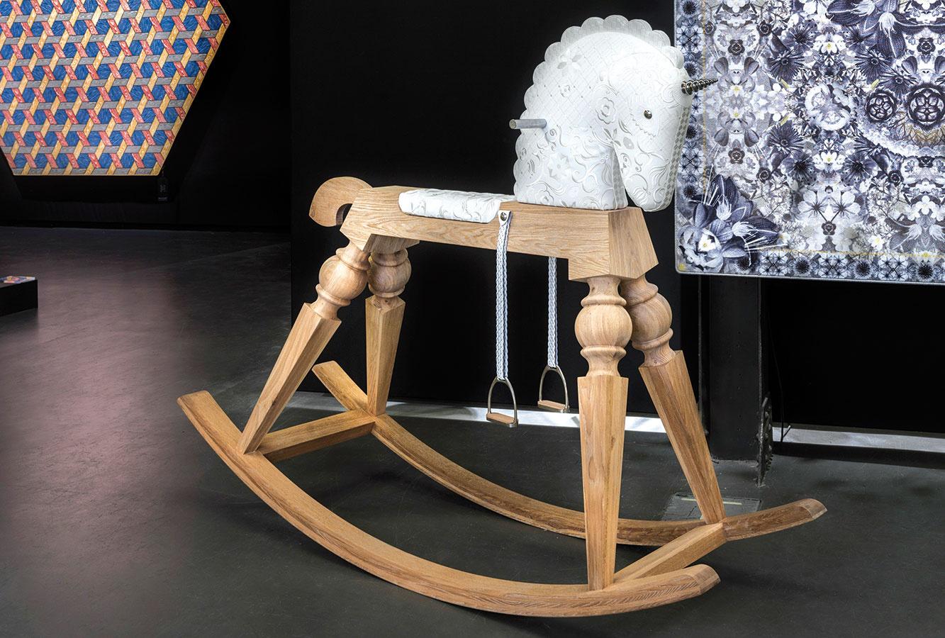 Nasadnúť na jednorožca a splniť si detský sen mohol na výstave už spomínanej značky Moooi každý návštevník. Hojdacieho koníka Ariona navrhol pre dospelých v limitovanej edícii Marcel Wanders.