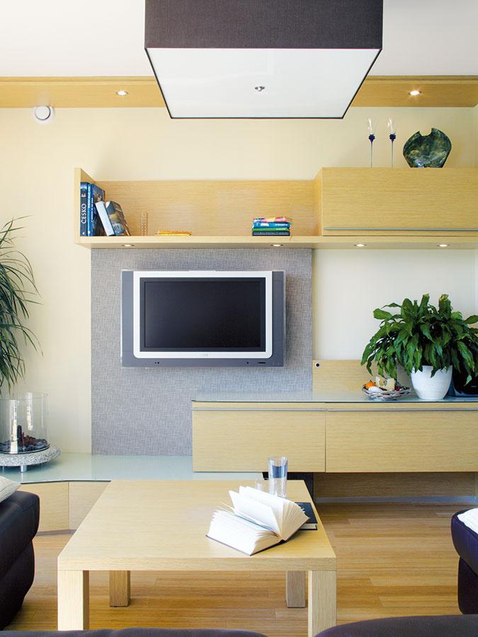 Interiér rodinného domu je zariadený striedmo aabsolútne účelne, pričom väčšina nábytku vňom je vyrobená na mieru. Zfarieb tu dominujú príjemné neutrálne tóny, predovšetkým svetlé drevo.