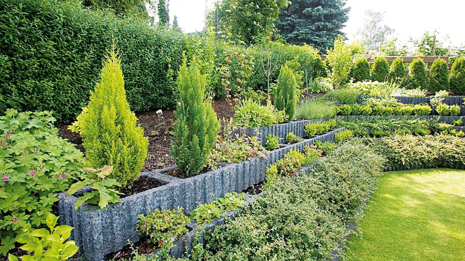 Svahové oporné tvárnice, ktoré predstavujú ideálne riešenie vprípade strmších svahov, sú nielen účelné, ale aj veľmi dekoratívne – možno do nich vysadiť rôznu zeleň. Použiť ich môžete aj vkvetinových záhonoch, kde zastúpia vegetačné nádoby (svahová oporná tvárnica Rasterflor od spoločnosti Premac, 60 × 25 × 40 cm, aj vo verzii MIN sdĺžkou 30 cm, 3 farby).