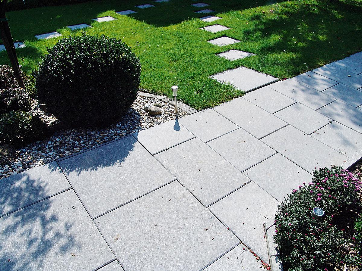 Jednoduchý chodníček znášľapných kameňov alebo platní, ktorý bude umožňovať pohodlný prechod po trávniku bez jeho pošliapania, je vzáhrade praktickým riešením. Vítané je, ak svojou farebnosťou aj výberom materiálu korešponduje sostatnými spevnenými plochami (plošná dlažba Tina od spoločnosti Presbeton, otrieskaný povrch, široká ponuka formátov, 6 farieb).